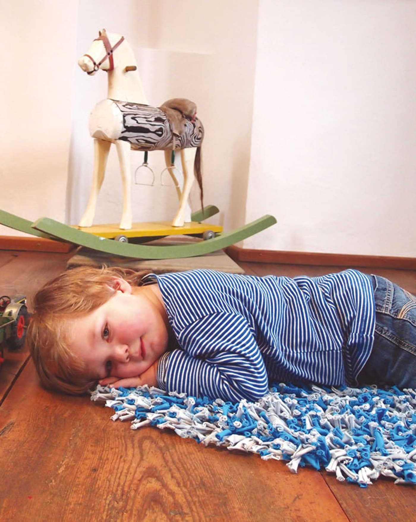 DIY-Teppich aus Stoffresten selber knüpfen // HIMBEER
