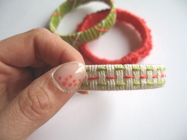 Armband aus Paketband und Garn in hellen Farben // HIMBEER