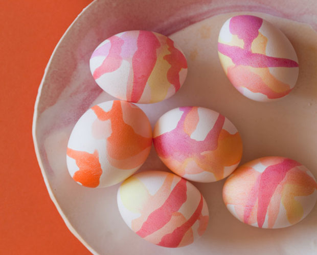 Ostereier gestalten: Ostereier mit Wasserfarben färben // HIMBEER