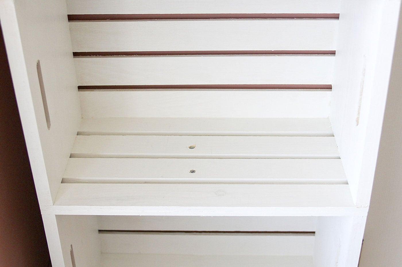 DIY-Kinderzimmer-Regal aus Kisten bauen // HIMBEER