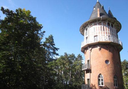 Familien-Ausflugstipps mit Übernachtung: Wasserturm Waren Ferienwohnungen // HIMBEER