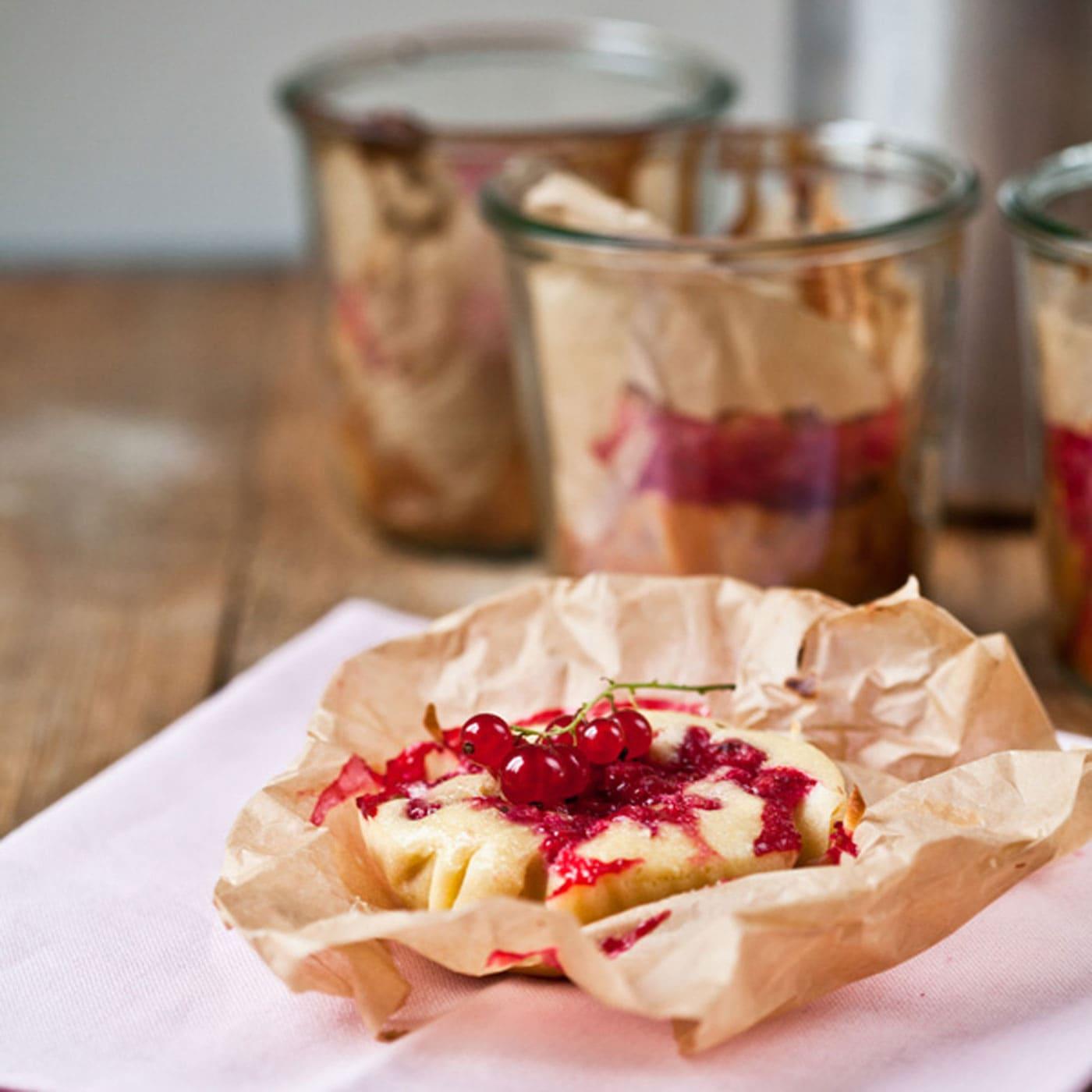 Kleine Johannisbeer-Buttermilch-Kuchen mit Kindern backen // HIMBEER