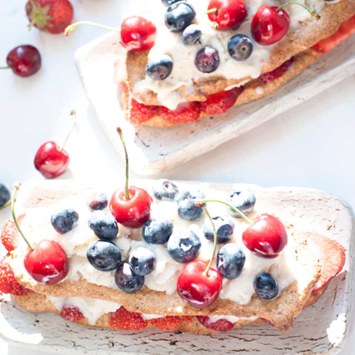Eis-Lasagne mit frischen Beeren und Knusperkeksen // HIMBEER