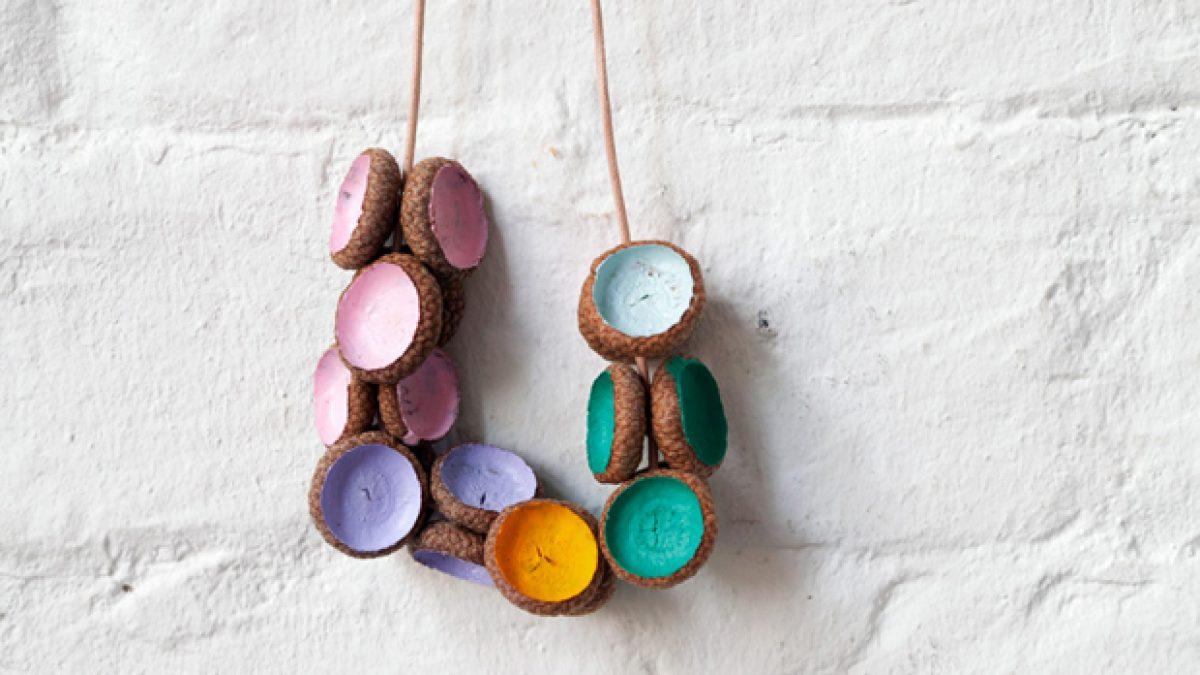 DIY-Idee für Kinder: Bunte Herbstketten aus Eicheln basteln // HIMBEER