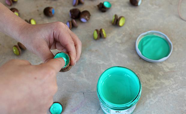 DIY-Idee für Kinder im Herbst: Mit Naturmaterialien basteln // HIMBEER