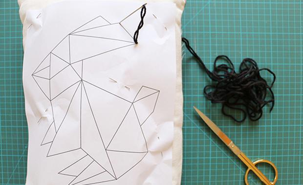 Origami-Hase auf Kissenhülle sticken – Schnelle DIY-Idee zu Ostern // HIMBEER