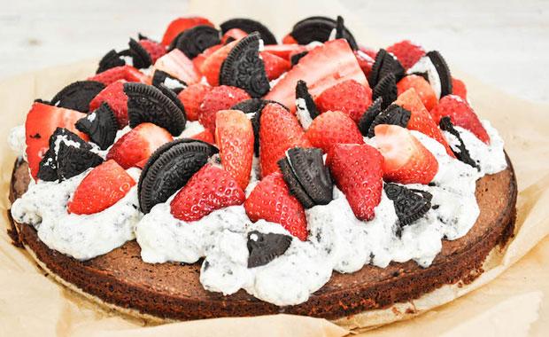 Rezept für Oreo-Erdbeer-Schokokuchen von Tiny Spoon // HIMBEER