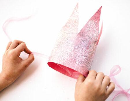 DIY für Kindergeburtstag: Funkelnde Glitterkrone // HIMBEER