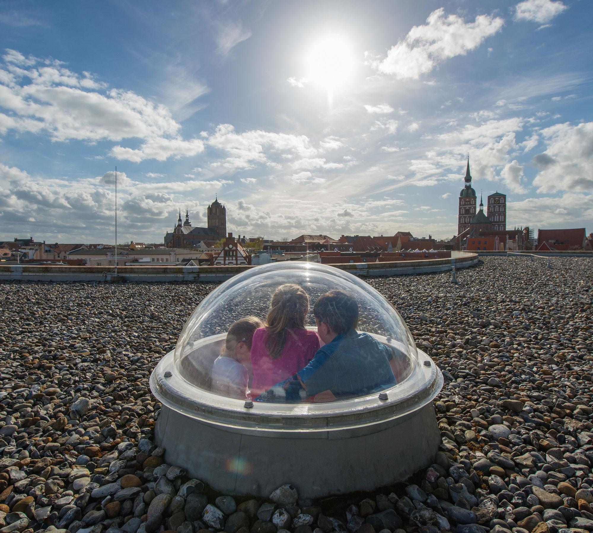 Ausblick aus der Glaskuppel des OZEANEUM über die Hansestadt Stralsund   HIMBEER Magazin