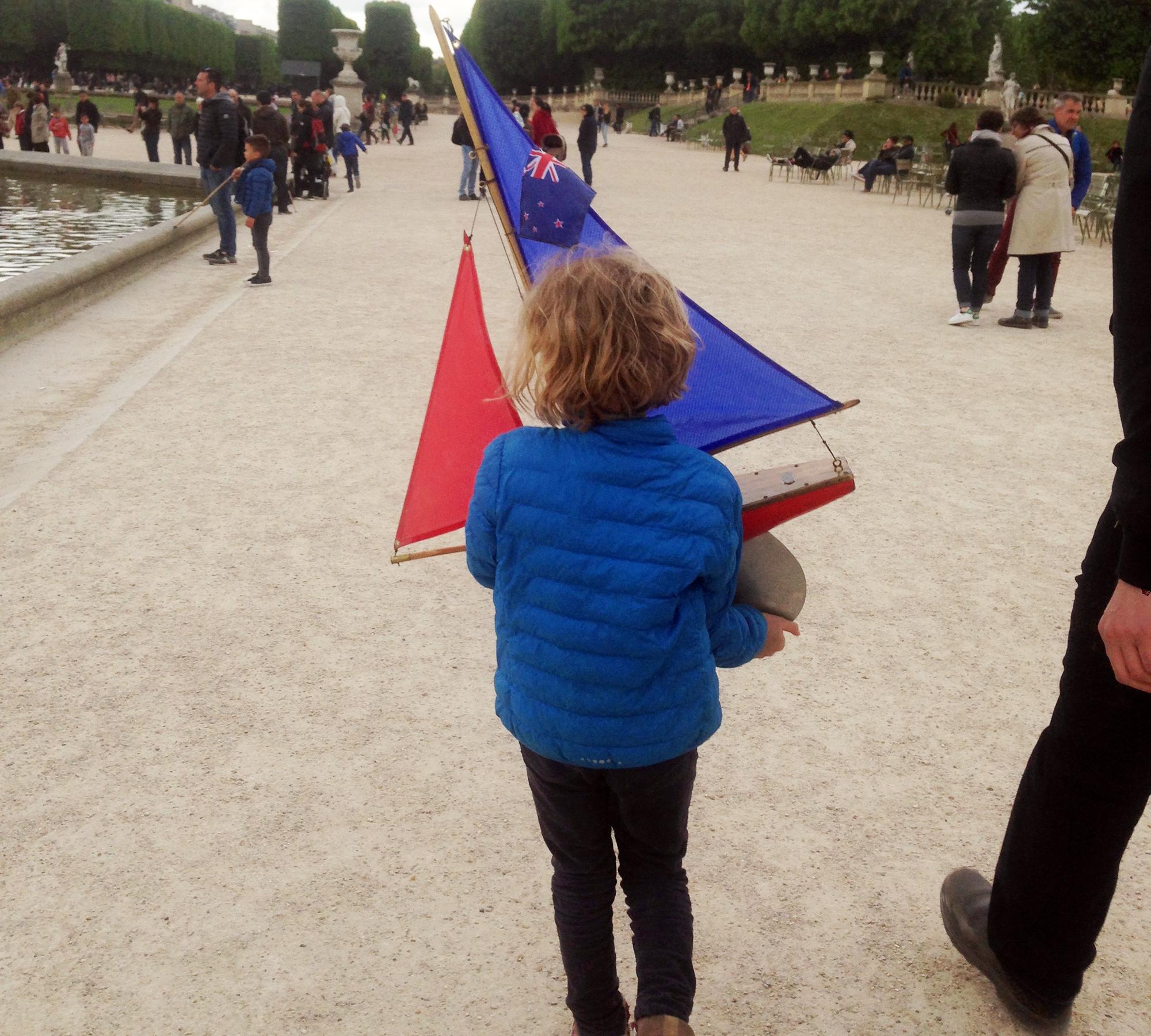 Paris mit Kindern: Modellboot fahren lassen // HIMBEER
