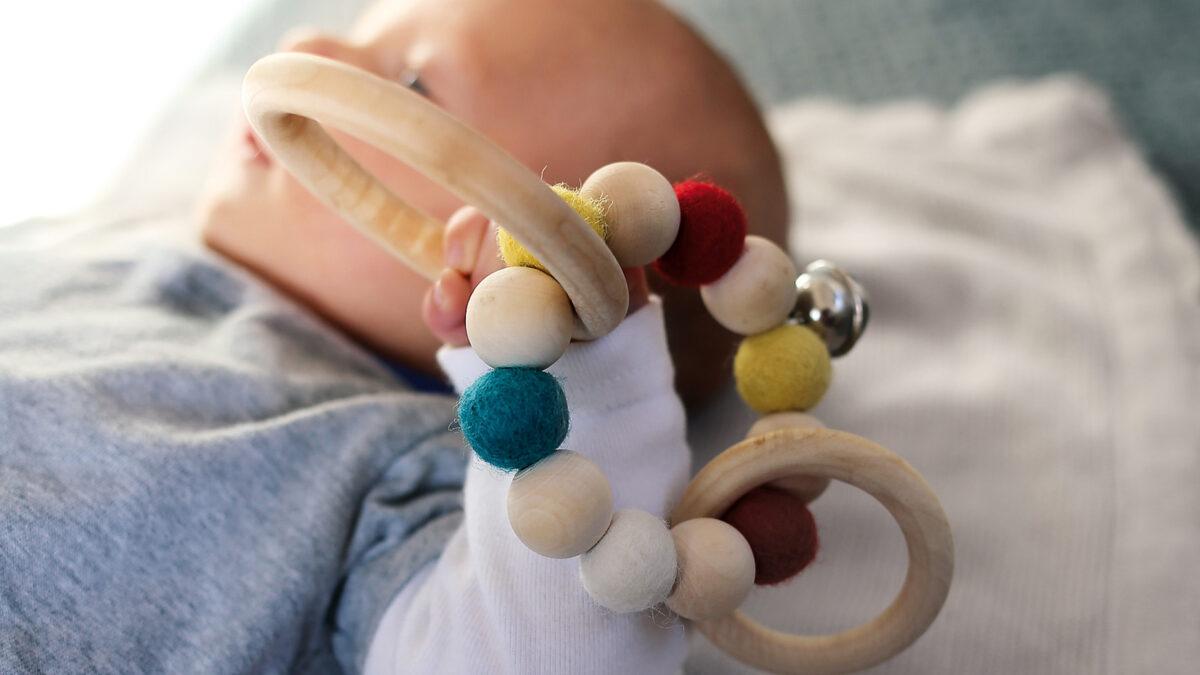 DIY-Geschenk für Babys: Greifling mit Filzkugeln selbst machen // HIMBEER