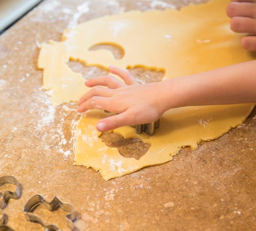 Plätzchen backen zu Weihnachten: Kinder stechen Kekse aus // HIMBEER