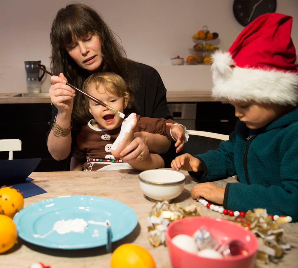Bastelideen mit Kindern zu Weihnachten: selbstgemachte Weihnachtskarten mit Hand- oder Fußabdruck // HIMBEER