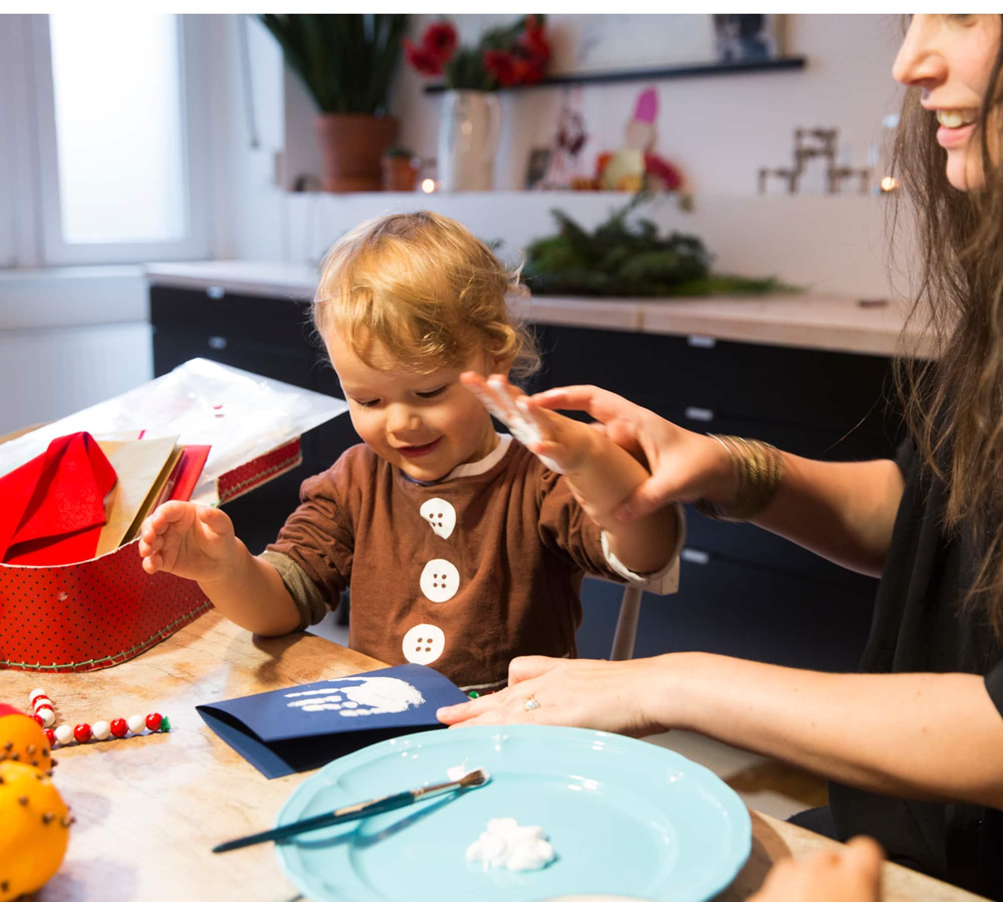 Basteltipps: DIY-Weihnachtskarten mit Kinder Handabdruck oder Fußabdruck // HIMBEER