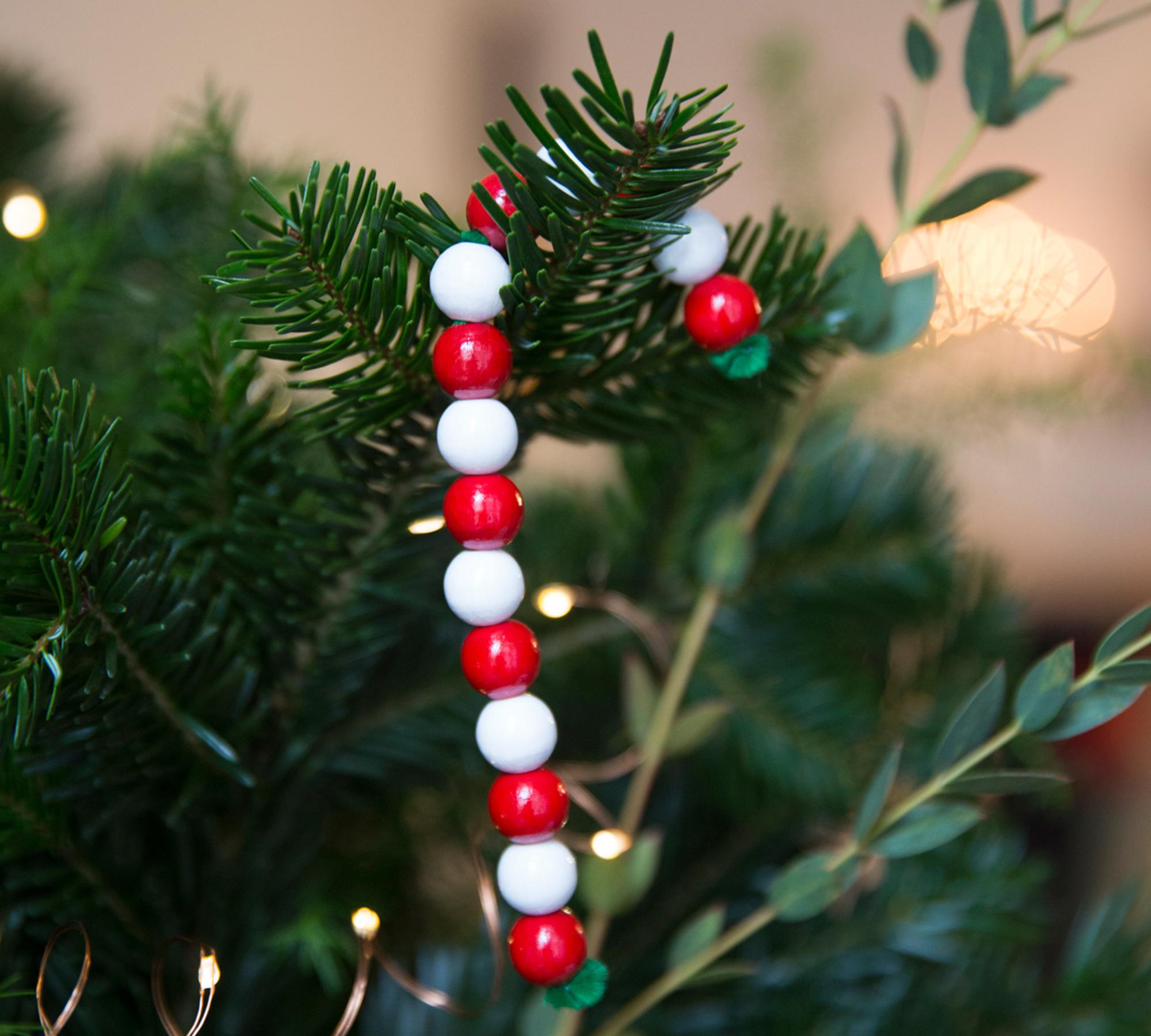 Mit Kinder basteln: DIY-Alibi-Zuckerstangen als Weihnachtsbaum-Deko // HIMBEER