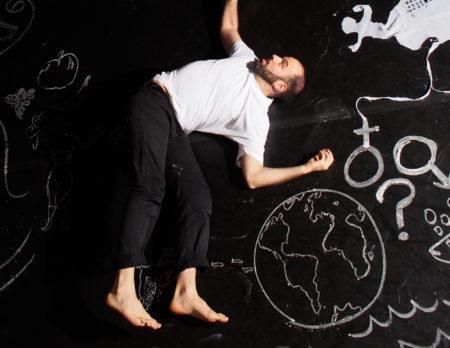 Tanzende zwischen Kreidezeichnungen | BERLIN MIT KIND