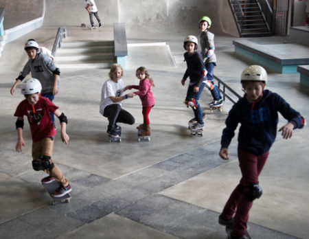 Skatende Kinder in der Skatehalle Berlin | BERLIN MIT KIND