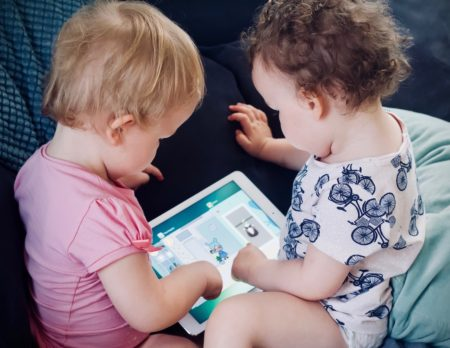 Baby mit Tablet | BERLIN MIT KIND