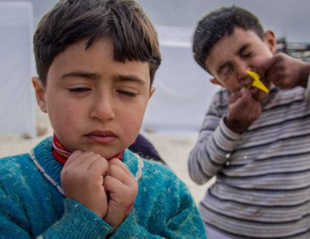 Kind erschreckt sich, als der Luftballon platzt | BERLIN MIT KIND
