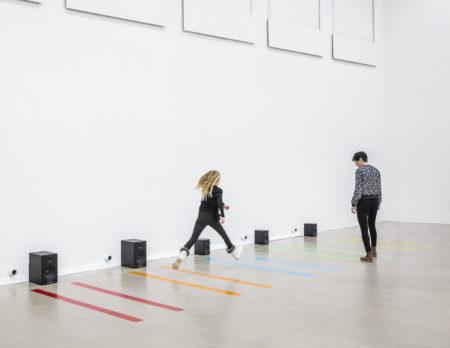 Mädchen springt durch die Klanginstallation | BERLIN MIT KIND