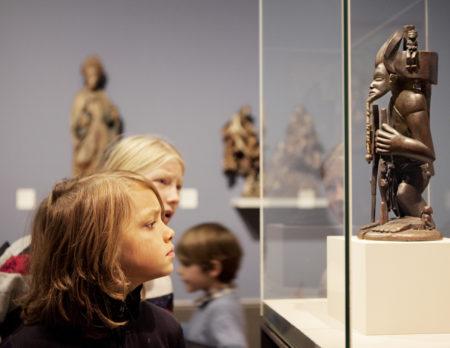 In der Ausstellung Kunst aus Afrika   BERLIN MIT KIND