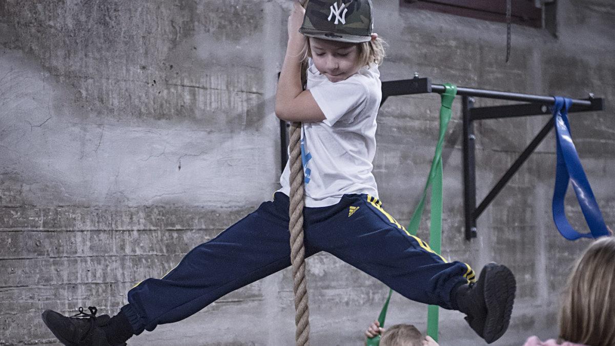 Kletternder Junge in der Flying Steps Academy | BERLIN MIT KIND