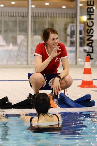 Die Schwimmlehrerin lacht | berlinmitkind.de