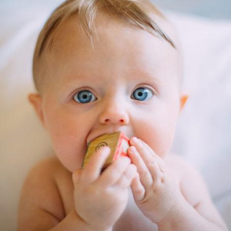 Baby mit Bauklotz | berlinmitkind.de