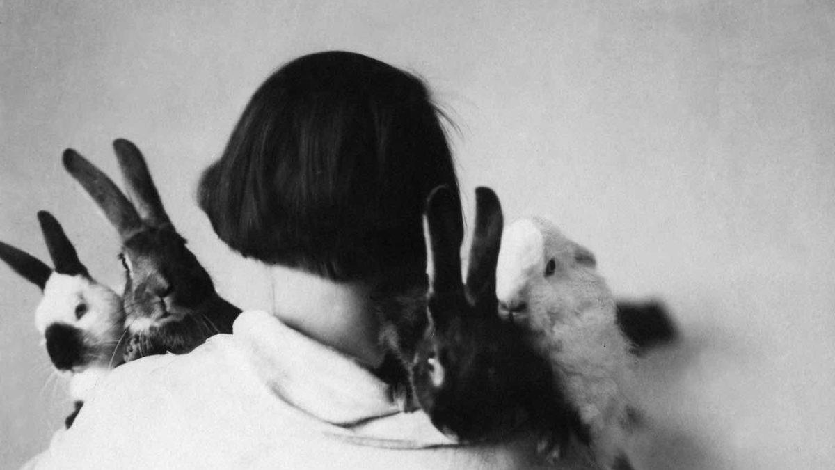 Christa von Hatvany-Winsloe mit ihren Kaninchen | berlinmitkind.de