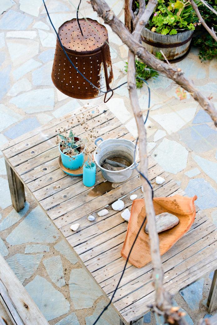 Tisch auf der Steinterrasse