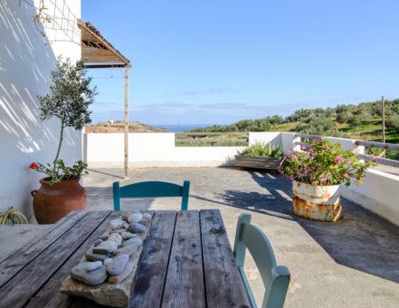 Blick von der Terrasse auf Hügelgrün und das Meer