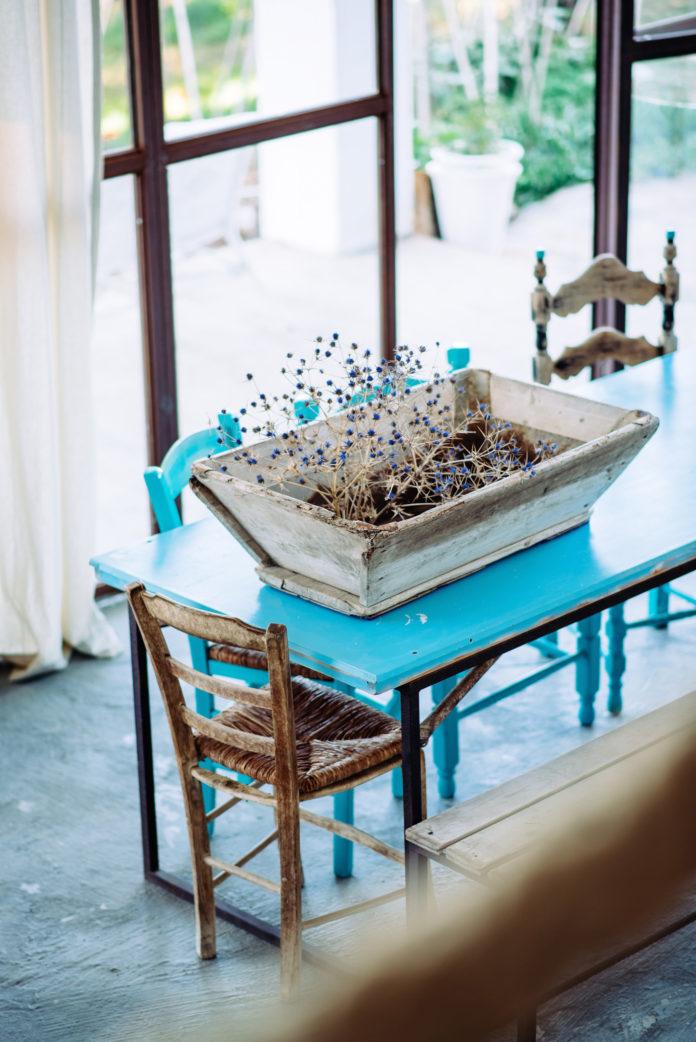 Türkisfarbener Tisch
