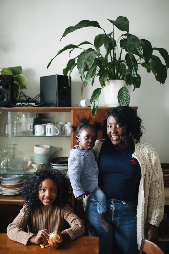 Linda, Malaika und Naemi in ihrer Küche
