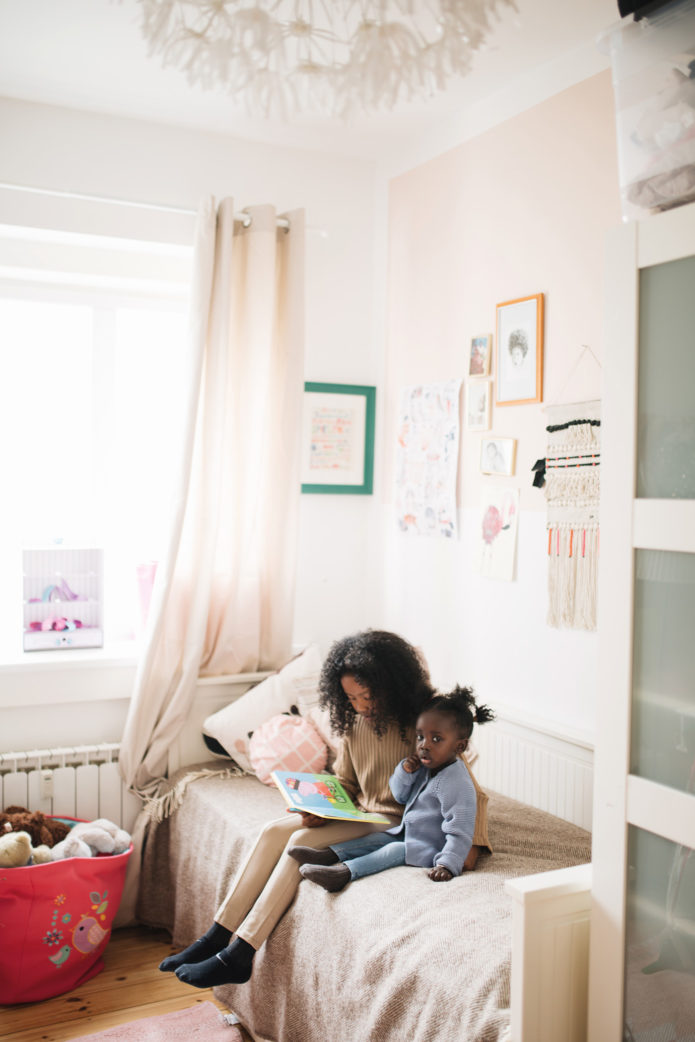 Malaika liest ihrer Schwester Naemi vor