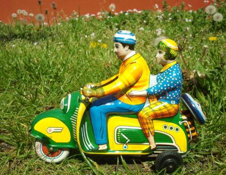 Zwei Blechfiguren auf dem Motorroller | BERLIN MIT KIND