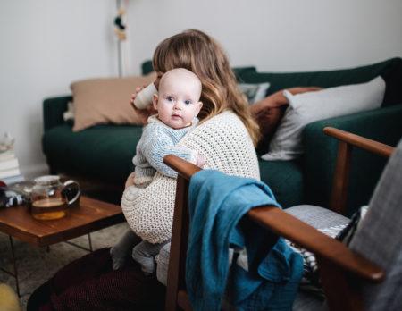 Mutter mit Baby auf dem Arm // HIMBEER