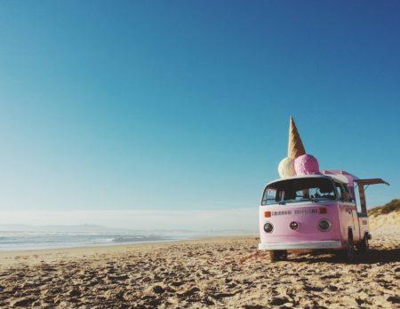 VW-Bus am Strand | berlinmitkind.de