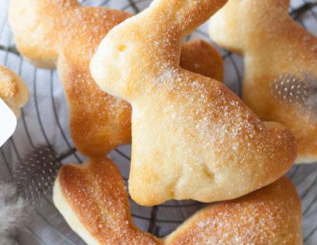Rezept zu Ostern: Osterhasen aus Quark-Öl-Teig – süße Osterhäschen backen // HIMBEER