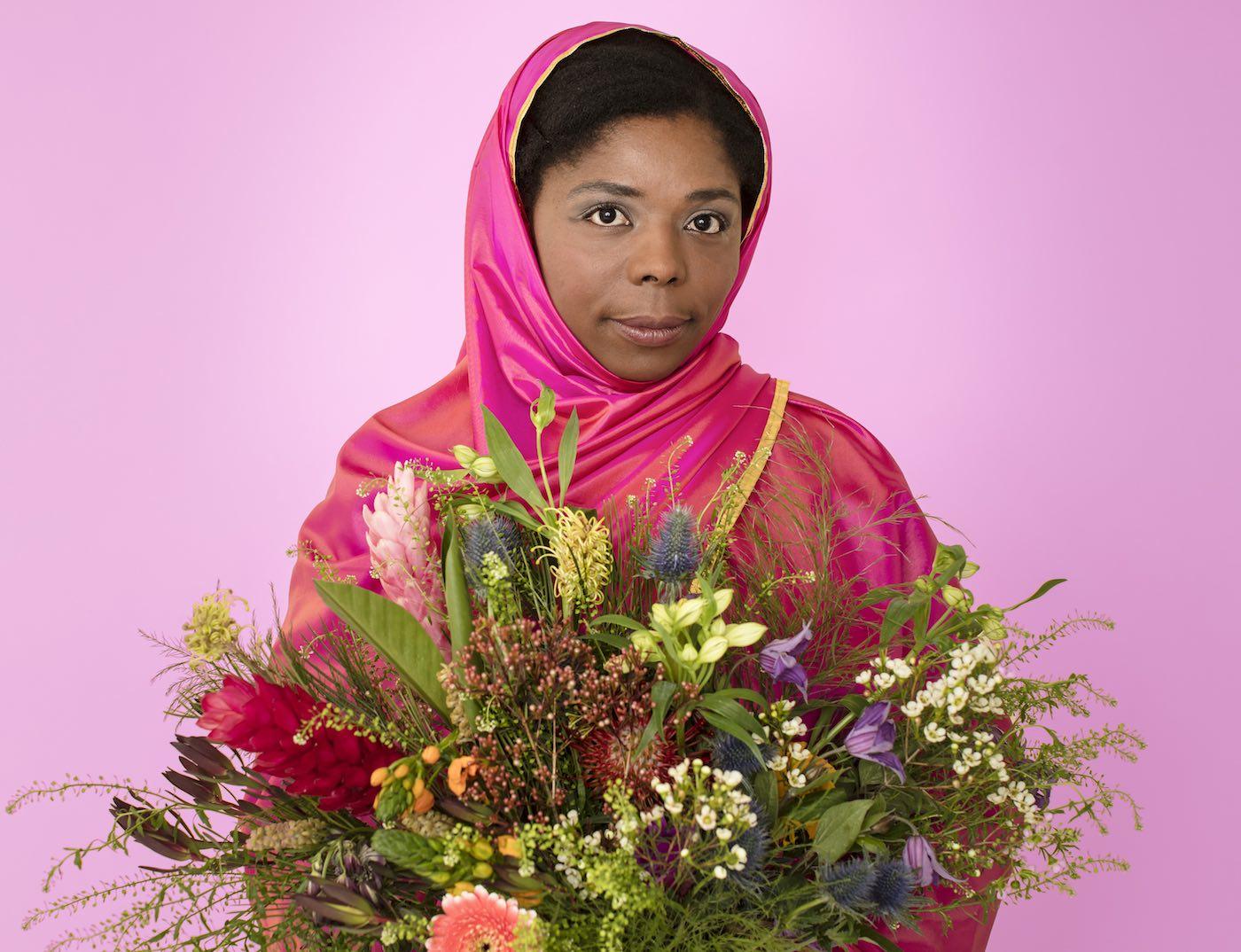 Junge Frau mit Blumenstrauß | berlinmitkind.de