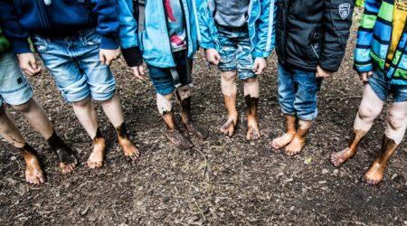 Füße im Matsh im Barfußpark | berlinmitkind.de