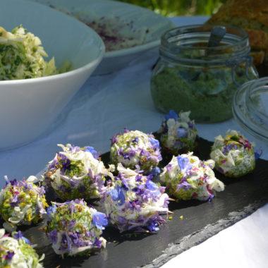 Ziegenkäsebällchen mit Blütentopping | berlinmitkind.de