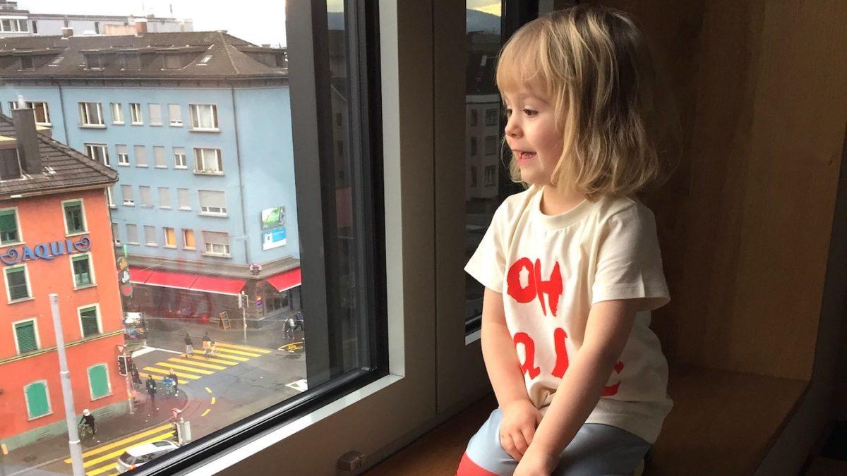 Kind blickt auf die Langstraße in Zürich | berlinmitkind.de