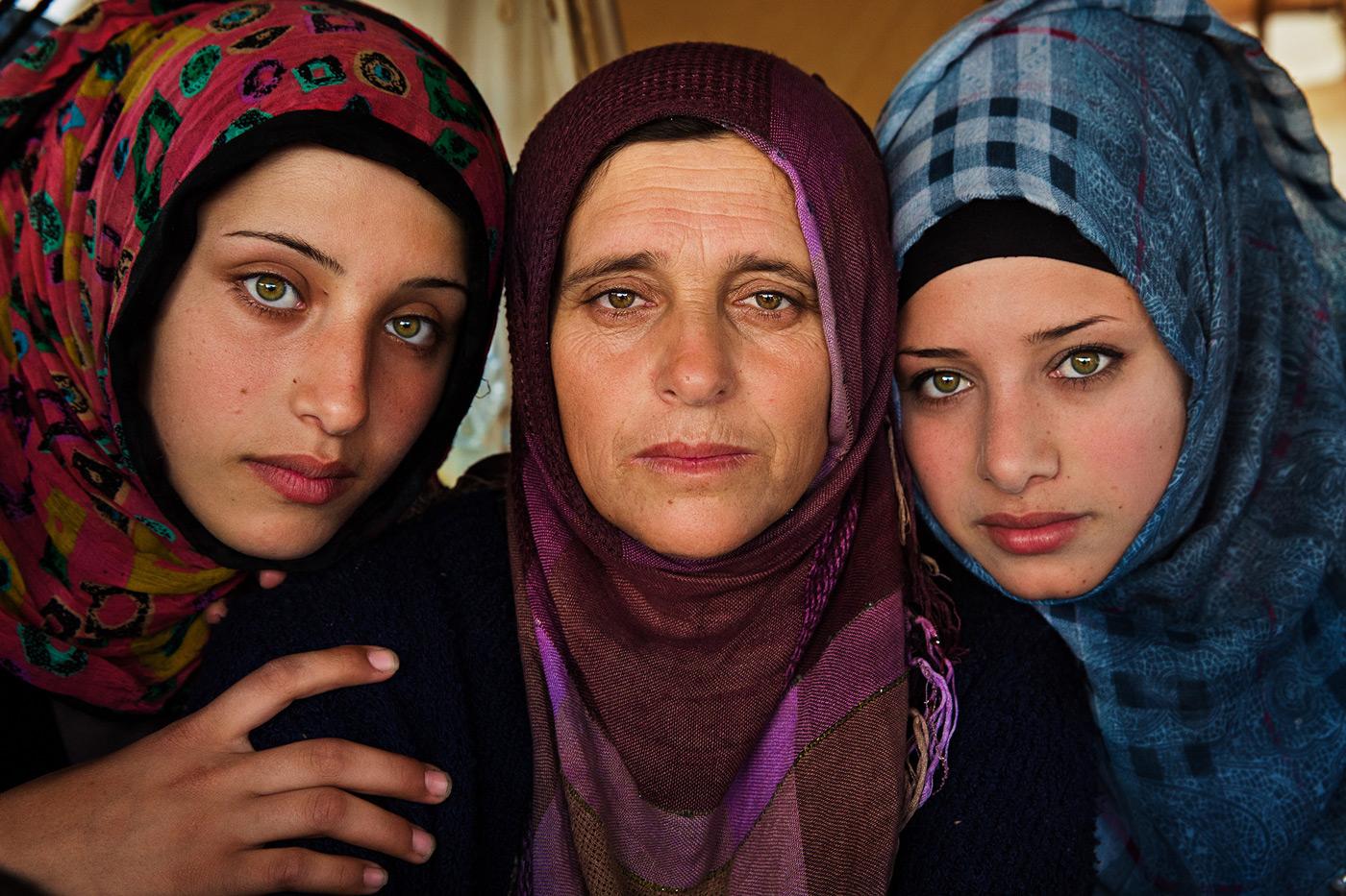 Mutter mit Töchtern im Refugee Camp in Griechenland