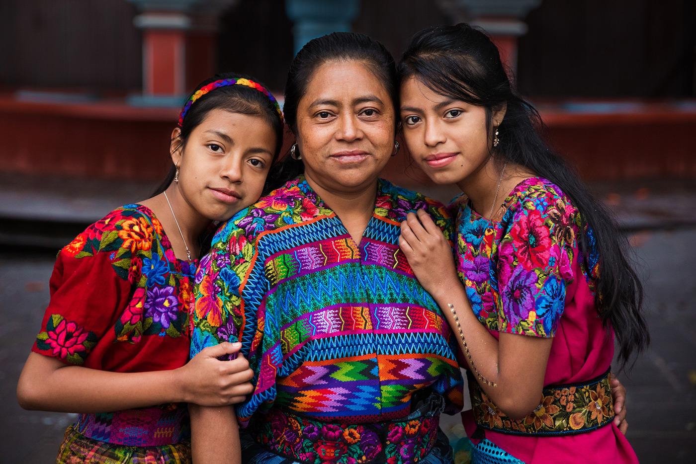 Mutter mit Töchtern in Guatemala