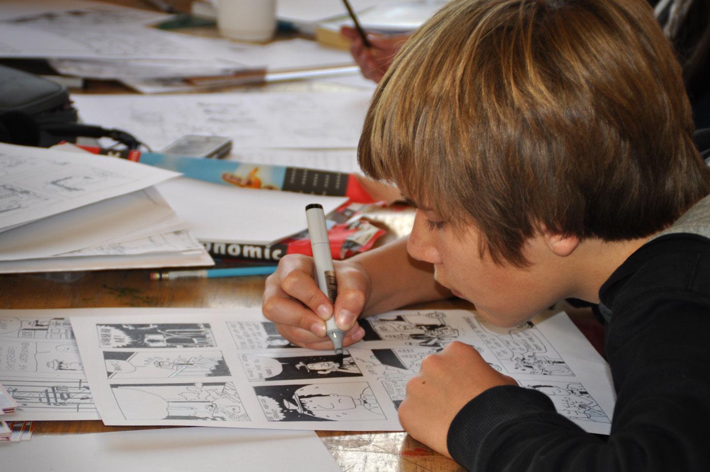 Junge malt Comics | Berlin mit Kind
