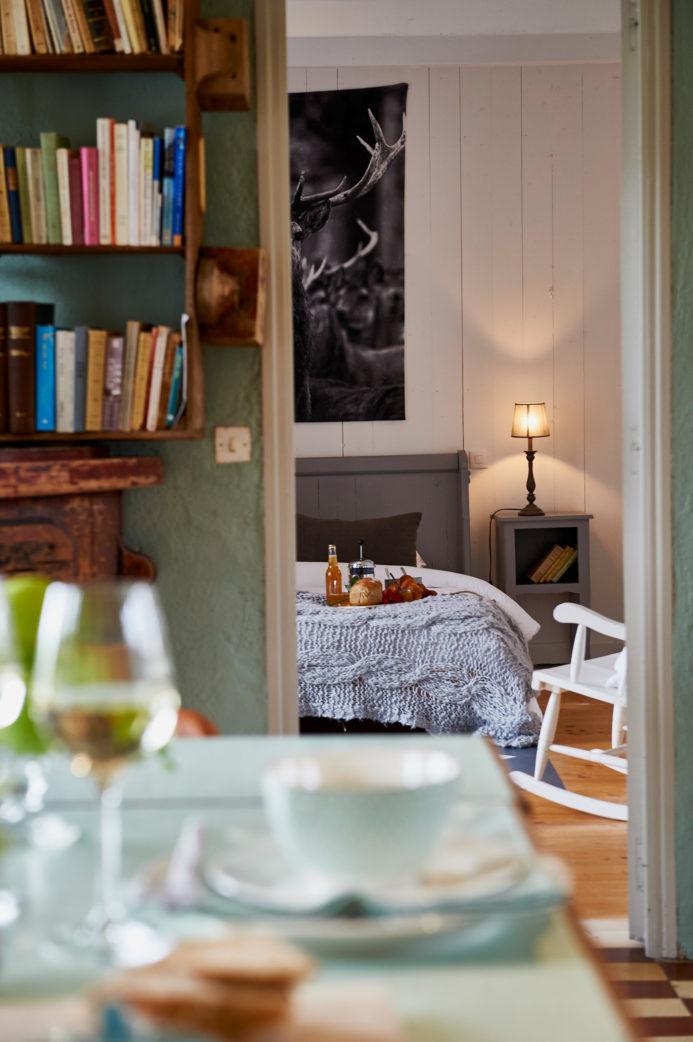 Schlafzimmer und Weingläser