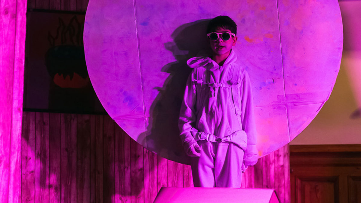 Lila Junge mit Sonnenbrille | Berlin mit Kind