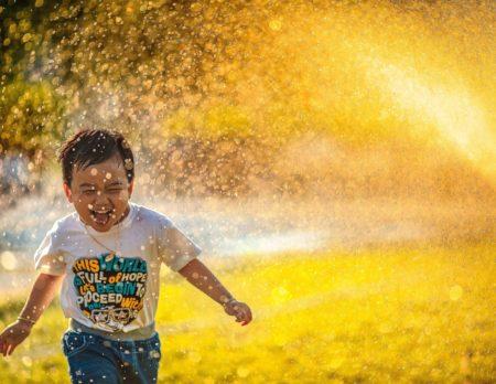 Freude über Sommerregen | Berlin mit Kind