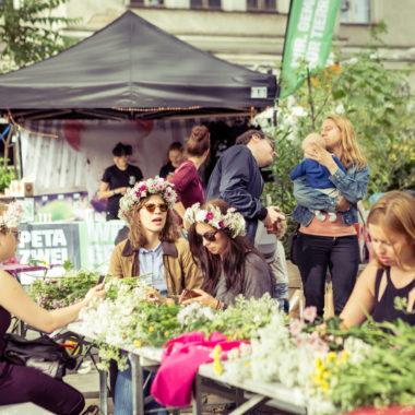 Blumenkränze binden beim Midsommar Festival Sommer Berlin
