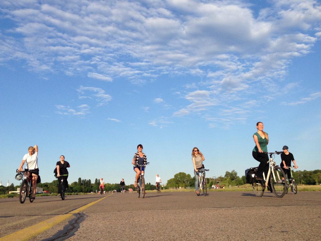Yoga machende Fahrradfahrer